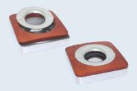 Cendrier fonderie aluminium et bois. Deux matériaux et intervalles de tolérances différents.