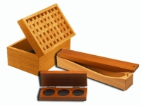 Étuis, écrins et coffrets en bois.