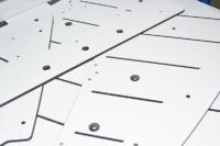 Rainures, chanfreins et inserts spéciaux sur panneaux en stratifié compact HPL.