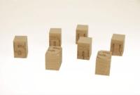 Dés en bois gravés, chiffres et lettres.
