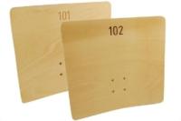 Dossiers de fauteuils numérotés en CP cintré. Marquage par gravure mécanique.