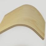 Détail d'une planche de contreplaqué cintré en en hêtre-okoume.