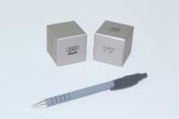 Petits cubes de 50mm de côté. Laque métallisée selon RAL et sérigraphie noire.