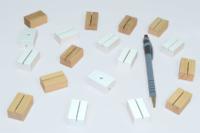 Mini-socles rainurés. Finition naturelle et laque blanc.